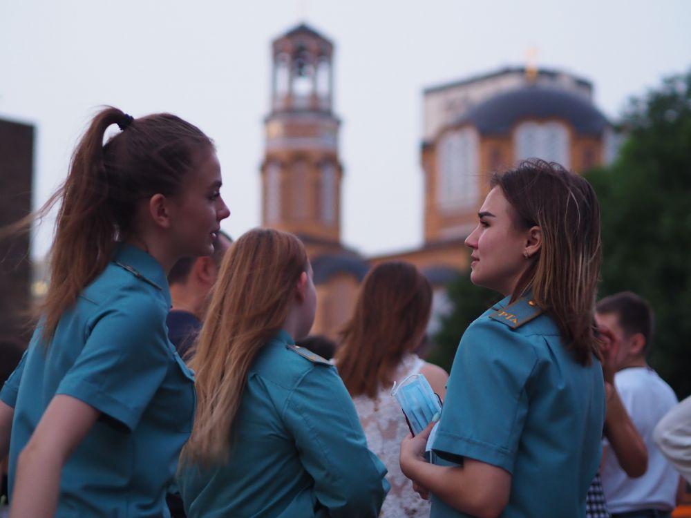 Девушки ждут начала концертной программы