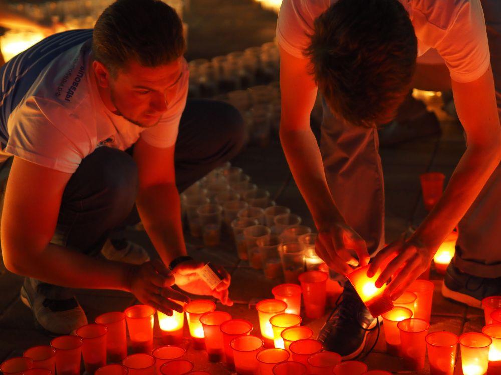 Волонтеры зажигают свечи