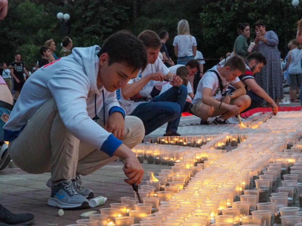 На площади у публичной библиотеки зажгли пять тысяч свечей