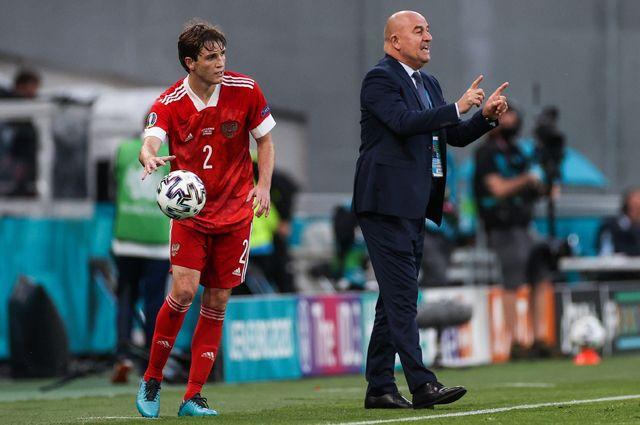 Игрок сборной России Марио Фернандес (слева) и главный тренер Станислав Черчесов во время матча между сборными командами России и Дании.