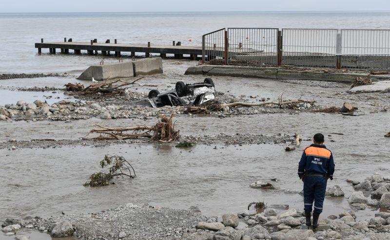 Сотрудник МЧС на набережной Ялты во время ликвидации последствий наводнения