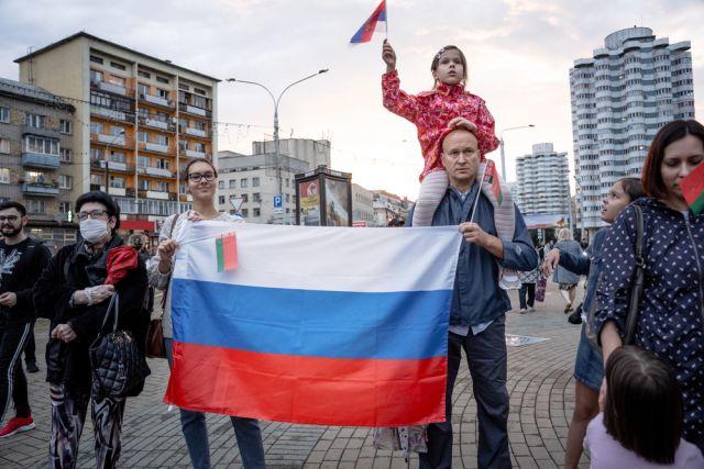 Белорусы несут флаги России и Белоруссии. Митинг в поддержку президента Лукашенко, Минск, Белоруссия, 25 августа 2020 г.