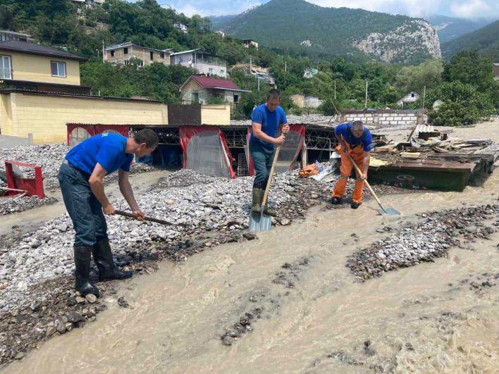 Сотрудники МЧС во время ликвидации последствий наводнения