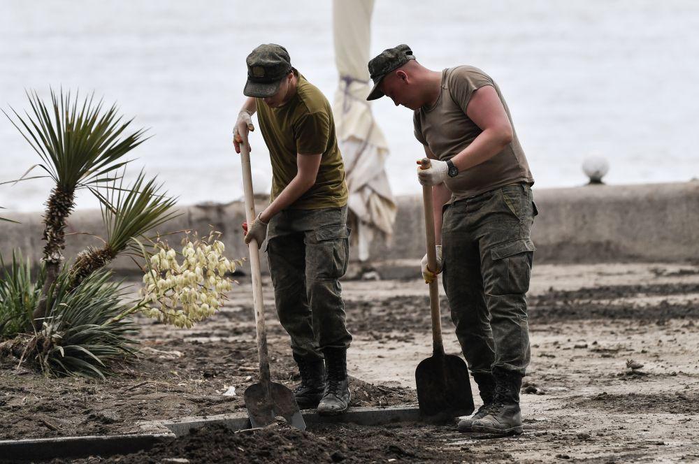 Военнослужащие на одной из улиц Ялты во время ликвидации последствий наводнения