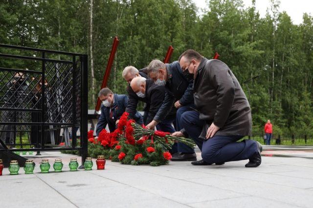 В Нижневартовске к монументу воинам-землякам возложили цветы представители общественности, окружной и городской власти, волонтеры