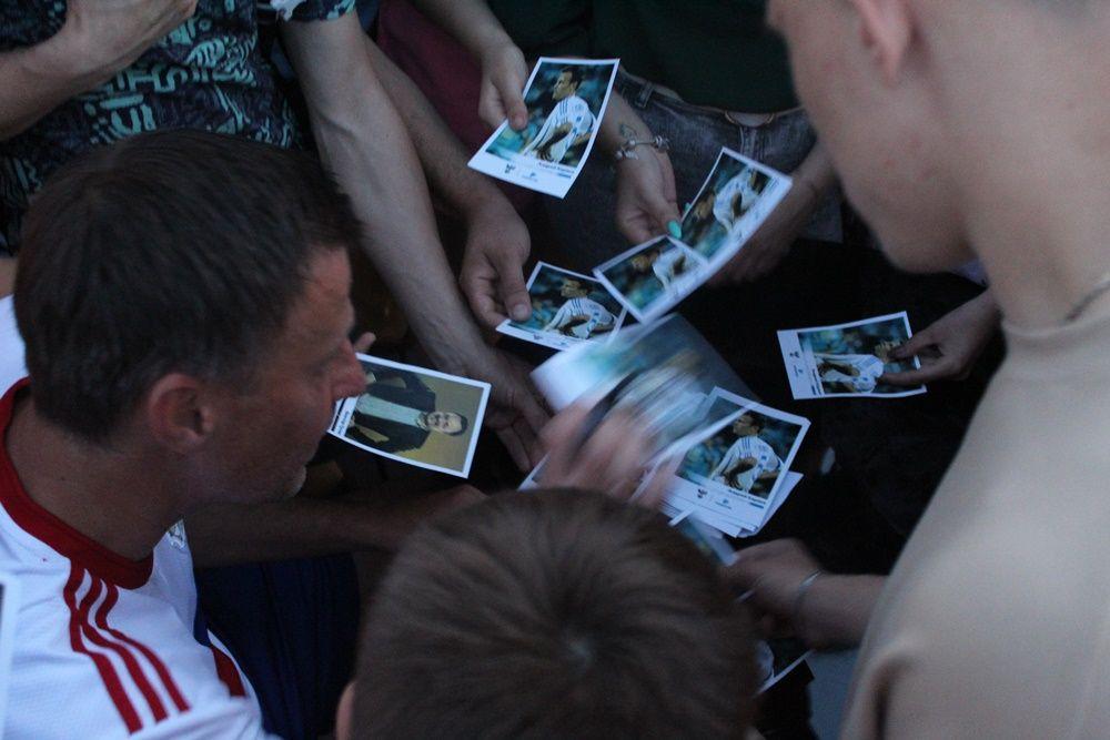 Андрею Каряке потребовалась ловкость, чтобы подписать все фото для болельщиков.