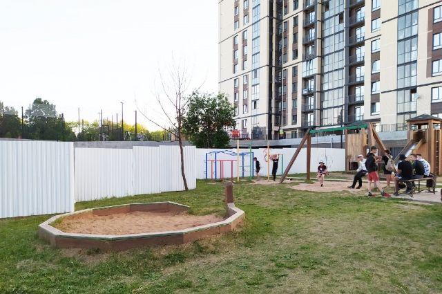 Жильцы д. № 7 на Льва Толстого спустя два года после приёмки квартир узнали, что земля, на которой находится детская площадка в их дворе, является собственностью муниципалитета.