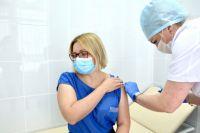 Очередь выросла в разы в мобильные пункты вакцинации, а в поликлиниках доступная запись только на июль.