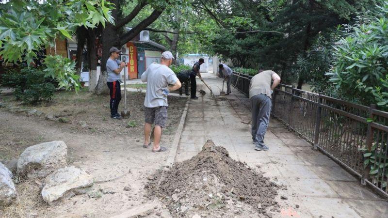 Всех участников субботника обеспечили инвентарем для уборки, им помогает техника.