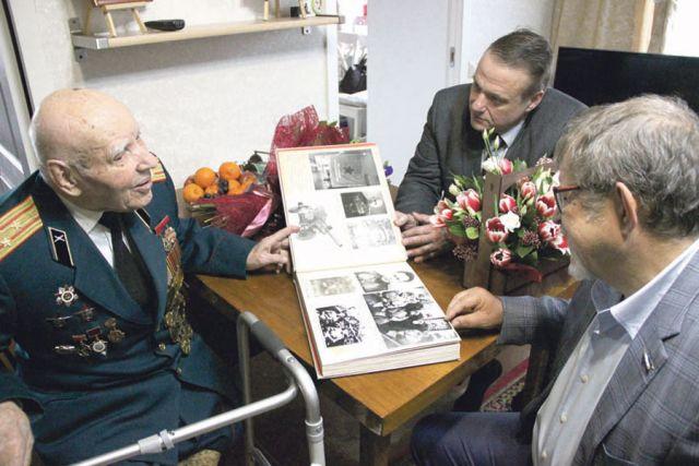 На фото – встречаются Аркадий Пономарёв и фронтовик, полковник в отставке  Николай Кузьмич Зимовец.
