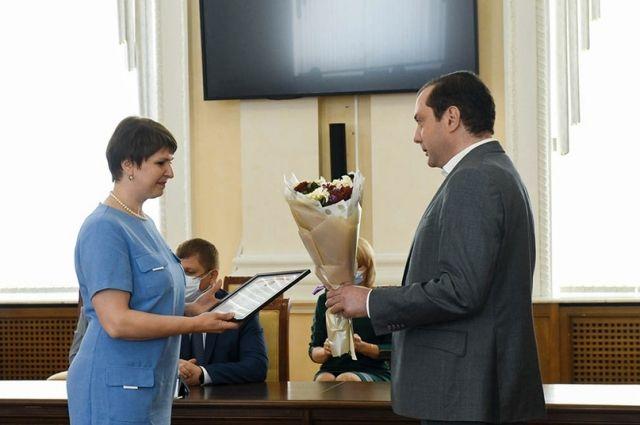 Смоленские медики получили награды в честь профессионального праздника.