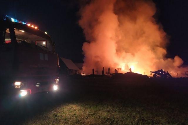 Ночной пожар тушили 9 машин.
