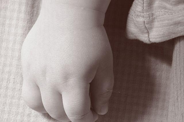 Следователи обвиняют женщину в систематических побоях двух малолетних детей.