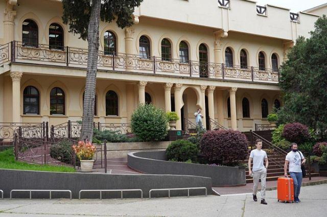 Пока массовой отмены бронирований на курортах Краснодарского края не фиксируется.