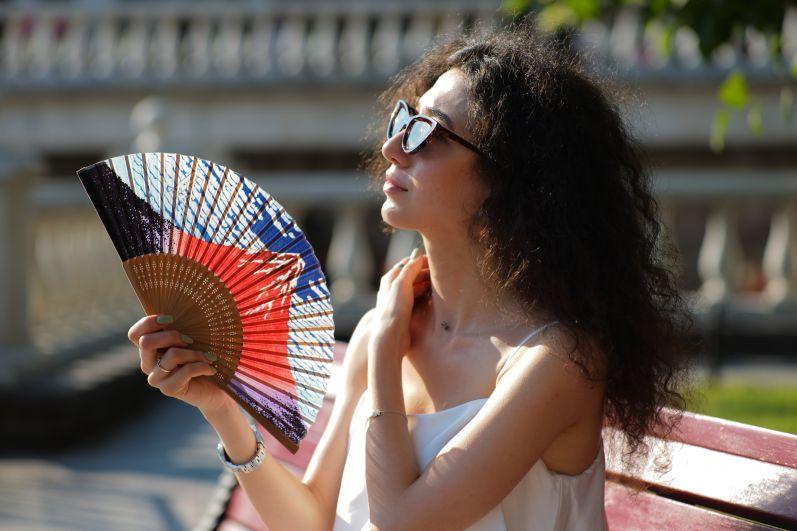 Девушка в жаркую погоду в Александровском саду