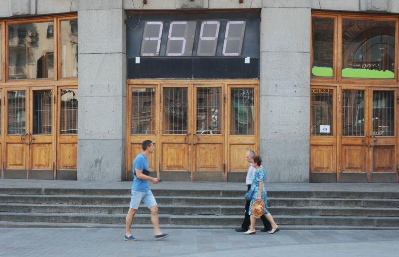 Термометр на фасаде здания Центрального телеграфа на Тверской улице