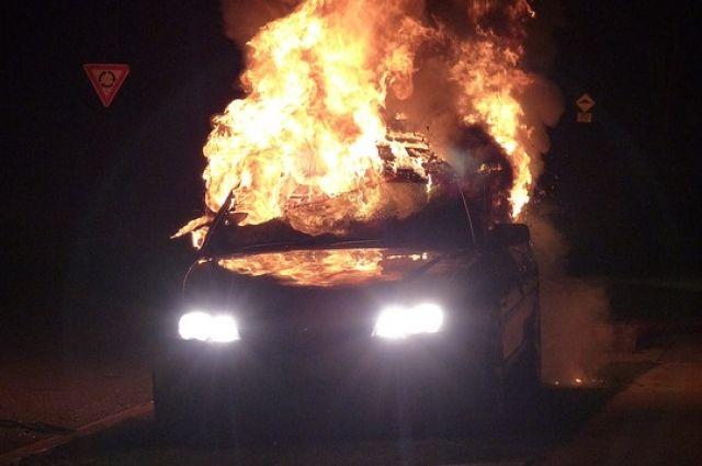 Пожарные оперативно потушили машину.