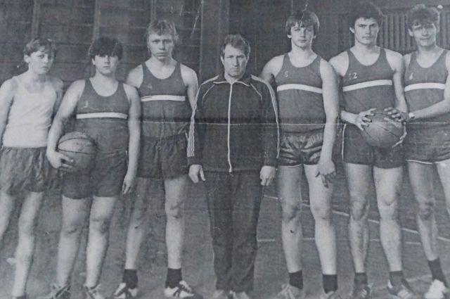 Владимир Дутов со своей баскетбольной командой.