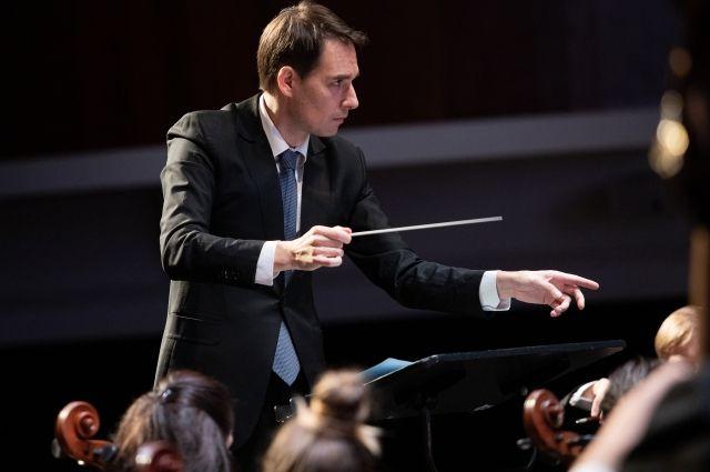 Дирижёр ведёт за собой оркестр, словно корабль по музыкальным волнам.