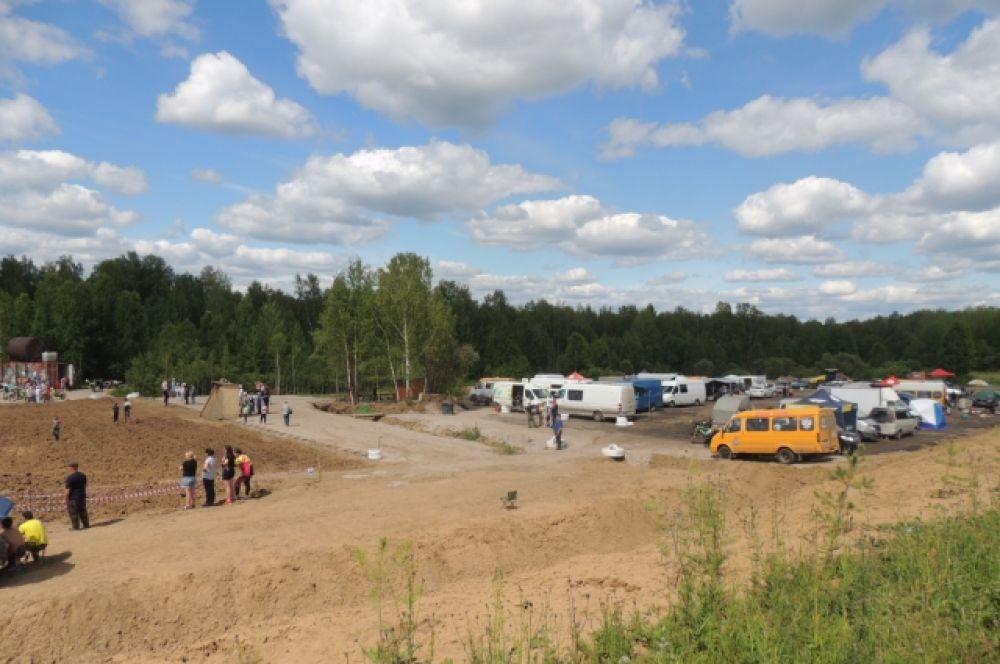 Приехавшие команды и группы поддержки спортсменов разместились вблизи в кемпинге.