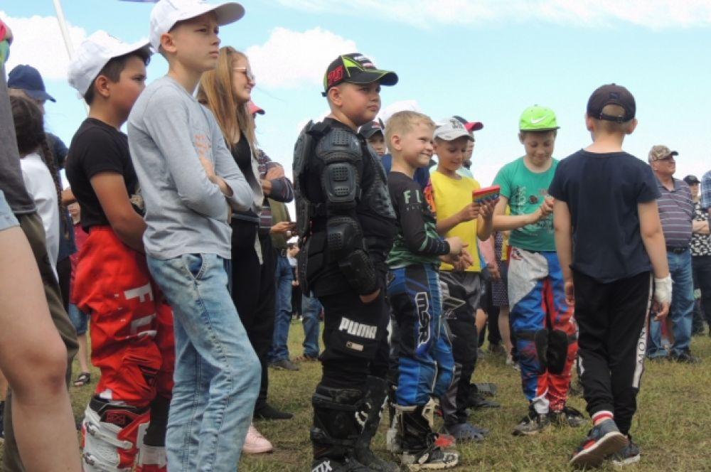 Спортсмены, даже самые юные, не только тренируются и участвуют в соревнованиях, но и занимаются подготовкой мотоциклов.