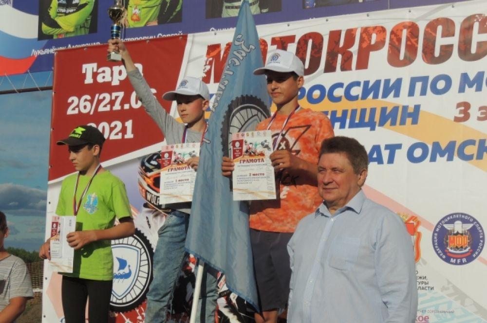 Высокими наградами мальчишек и девчонок отметил первый замминистра спорта Омской области Андрей Хромов.