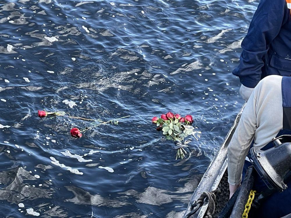 У острова Кильдин на воду спустили венки и цветы.