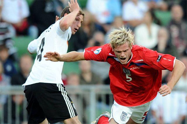 Ричард Стирман (Англия) (справа) против Бенедикта Хёведеса (Германия) в матче молодежного Евро-2009.