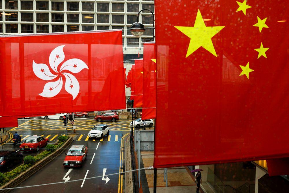 Флаги Китайской Народной Республики и Гонконга на улицах Гонконга в преддверии празднования 100-летия образования Коммунистической партии Китая