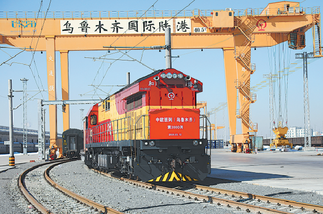 Грузовой поезд Китайско-европейского железнодорожного экспресса прибывает в наземный порт в Урумчи, Синьцзян-Уйгурский автономный район.