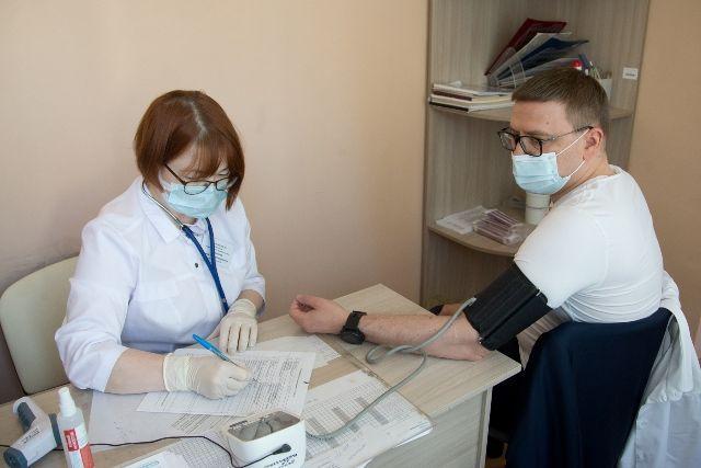 Алексей Текслер перед прививкой прошёл необходимый осмотр и призвал глав муниципалитетов подать пример вакцинации.