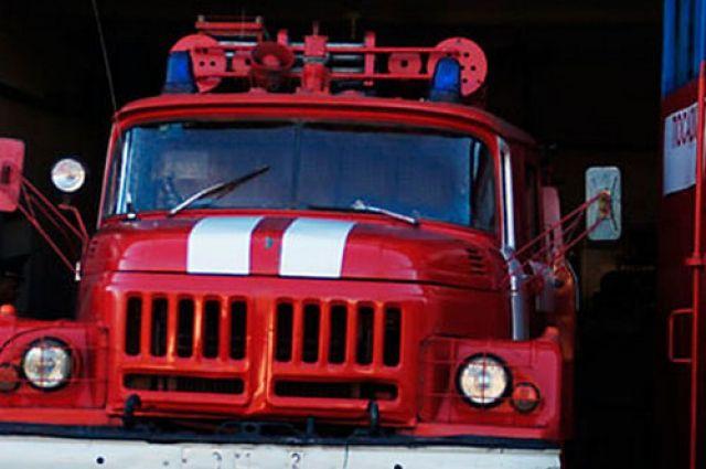 В Оренбурге ночной пожар тушили более двух часов.