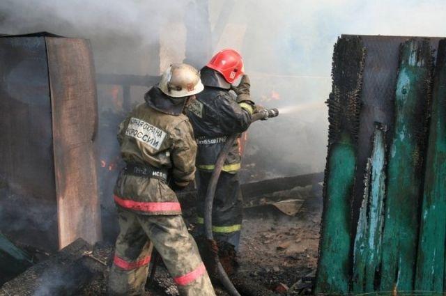 Возгорание произошло в неэксплуатируемом двухэтажном многоквартирном доме по улице Суворова.