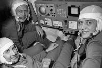 Экипаж космического корабля «Союз-11» инженер-испытатель Виктор Пацаев (навтором плане), командир корабля Георгий Добровольский (слева) ибортинженер Владислав Волков.