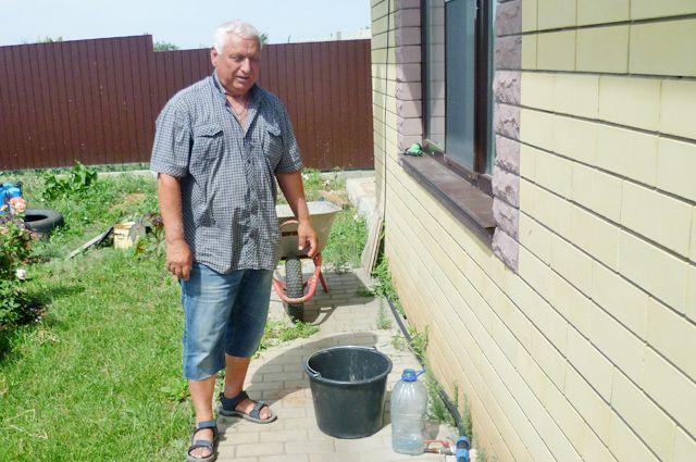 Проблемы с водой в посёлке уже многие годы, но этим летом они обострились до предела.