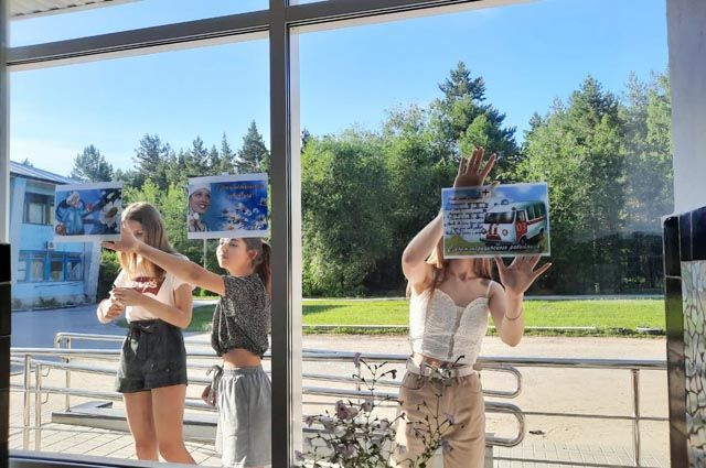 Волонтёры поздравляют урюпинских врачей.