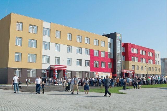 В следующем году в старом аэропорту откроют аналогичную «Перспективе» школу. Запланировано там строительство ещё двух образовательных учреждений.