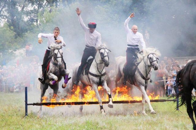 Лошадей заставляют преодолевать огненную преграду – это можно увидеть только на казачьем празднике.