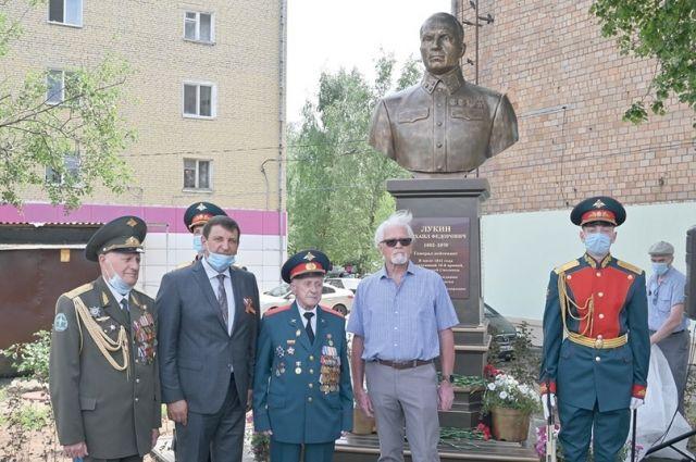 Памятник посетили Виталий Вовченко, Игорь Ляхов, Василий Пронин и Дмитрий Городецкий.