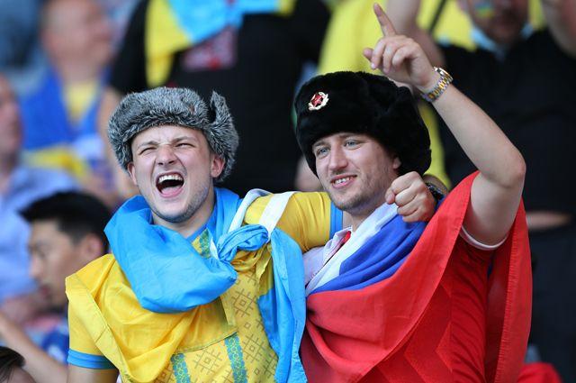 Болельщик на матче Украина — Швеция в майке сборной России, шапке-ушанке с советской кокардой, а также с российским флагом.
