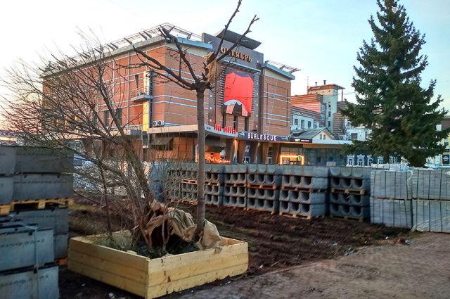 Территория у бывшего кинотеатра «Октябрь» пока мало похожа на свой красивый и зелёный проект.
