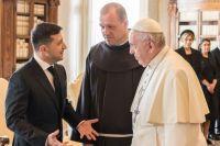 «Пригласил в Украину»: Зеленский провел телефонный разговор с Папой Римским