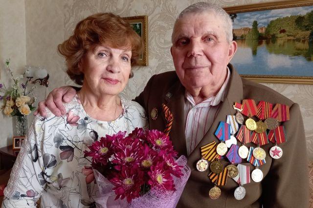 Анатолий Дмитриевич счастлив с любимой женой Валюшей.