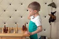 5-летний Дима Крымский обдумывает свой ход.