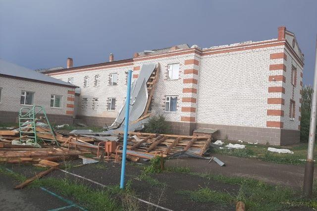 В Оренбуржье МЧС подсчитывает причиненные ураганом убытки.