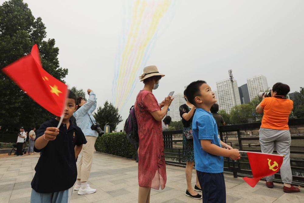 Во время воздушного парада на одной из улиц Пекина