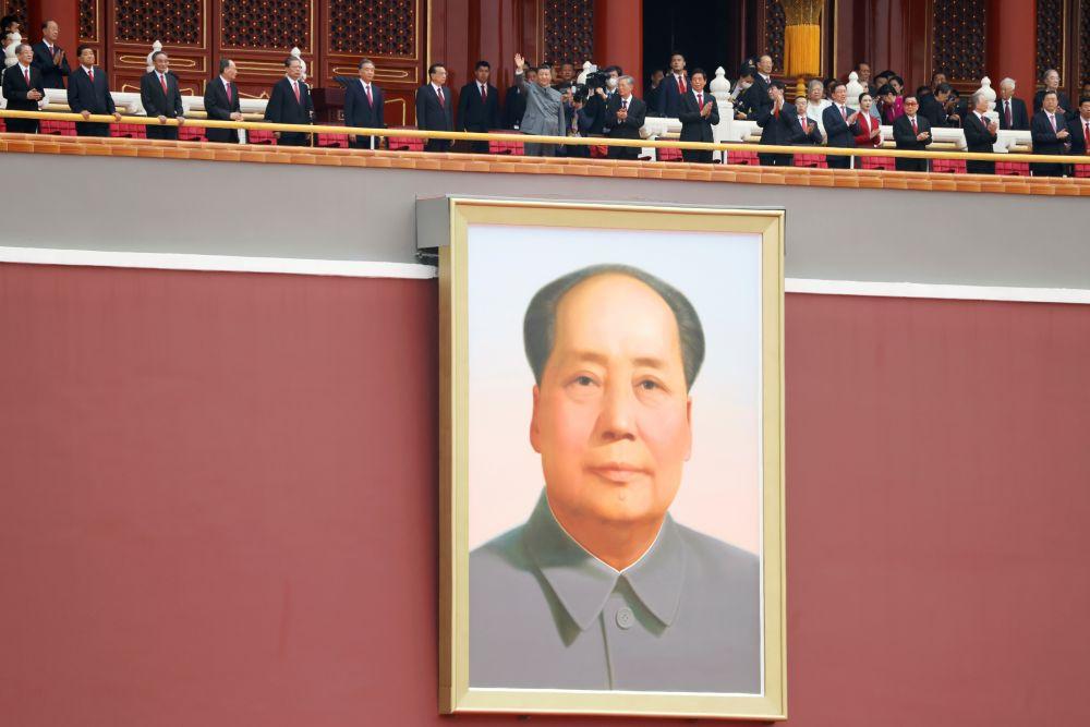 Председатель КНР, генеральный секретарь ЦК КПК Си Цзиньпин (в центре на трибуне)