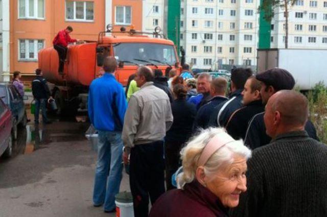 Коммунальщики организуют подвоз воды.