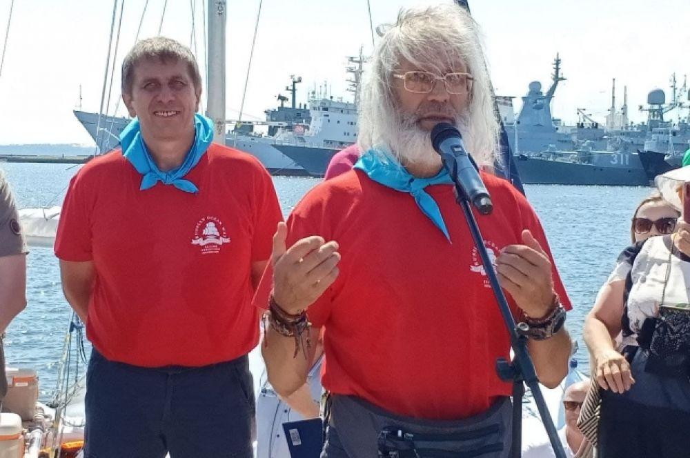 Руководитель экспедиции Евгений Ковалевский (справа) и капитан судна Станислав Березкин.