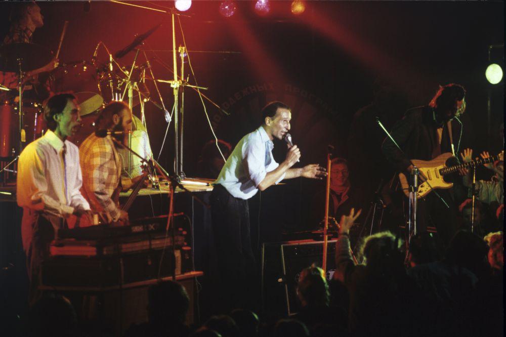 Петр Мамонов во время выступления на концерте в составе группе «Звуки Му», 1989 год
